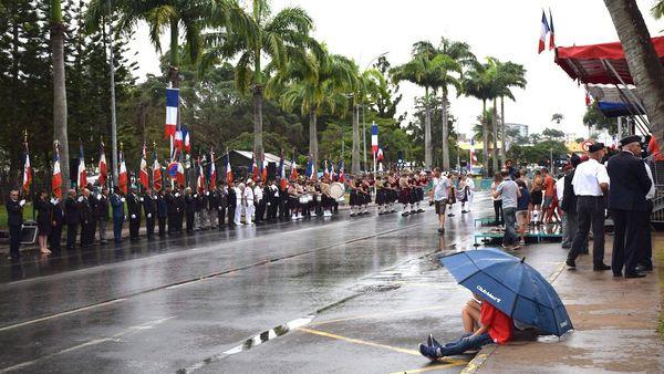 Défilé du 14 juillet 2018: enfants et parapluie