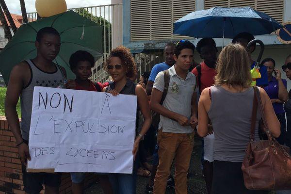 Des manifestants contre l'expulsion de lycéens haïtiens