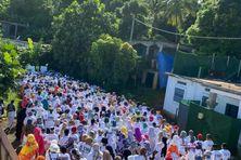 Des centaines de personnes vêtues de t-shirts blancs ont marché ce samedi dans le village de Mtsangadoua pour rendre hommage à Miki Madi.