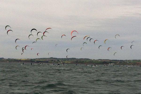Le départ de la flotte des kites en baie de Douarnenez, lors du Grand Prix Guyader 2016