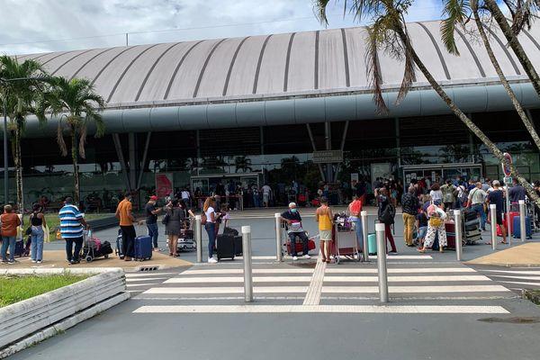 Les passagers en attente à l'aéroport Félix Eboué