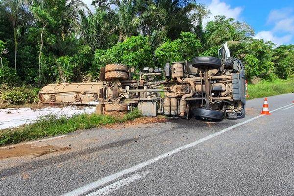 Le camion citerne renversé sur la RN1 à hauteur de la digue Yiyi sur la route d'Iracoubo