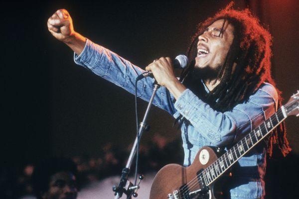 Bob Marley, auteur-compositeur-interprète sur scène, lors d'un concert à Grona Lund, Stockholm, Suède.