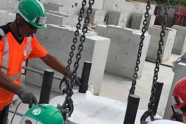 pose d'isolateurs sismiques sur le chantier du nouveau CHU 2
