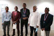 Aboubacar Madi, Anli Oireau Madi, Henri Ahmed Saïd Salime et Mohtar Madi Ali Johnny entourent le président du CROS de Mayotte Madi Vita (en chemise blanche).