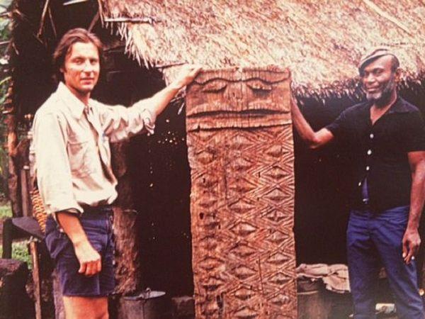Jean-Louis Roiseux avec le fils du chef Baptiste à Poindimié en 1970.