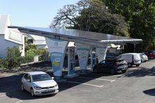 La nouvelle station de recharge de véhicules électriques de Saint-Pierre est entièrement alimenté par l'énergie solaire grâce à ses panneaux photovoltaïques.