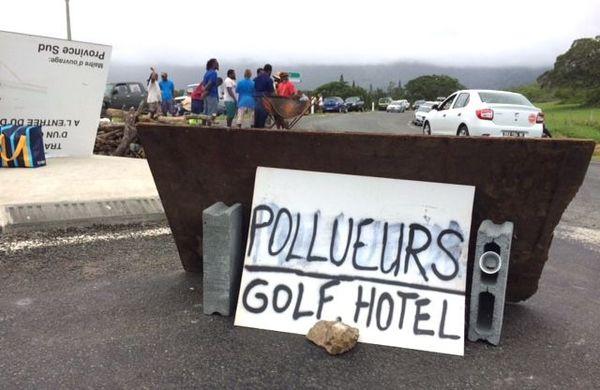 Blocage domaine de Deva, panneau contre golf et hôtel (3 février 2018)