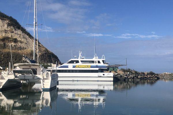 A Belep, le catamaran Seabreeze caillassé après une saisie d'alcool