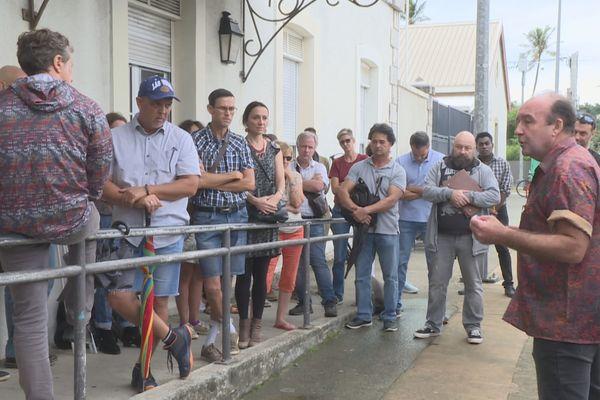 Manifestation du SNES, syndicat des enseignants du secondaire, devant le vice-rectorat, après l'agression d'un prof d'EPS à Houaïlou.