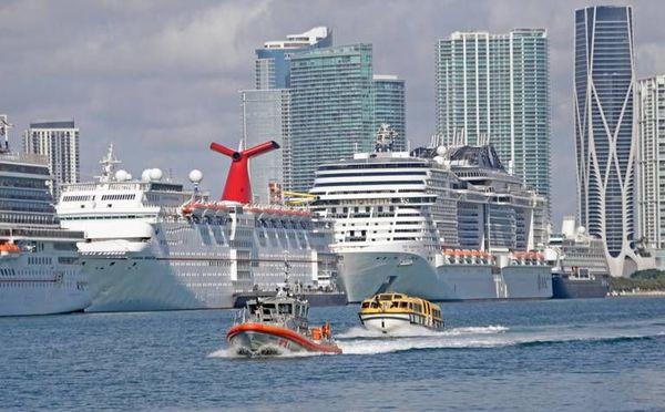 Canots de sauvetage pour évacuer les membres d'équipage des Costa Magica et Favolosa