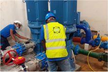 Des agents de la Société Martiniquaise des Eaux en intervention sur une installation de distribution d'eau potable (image d'illustration).
