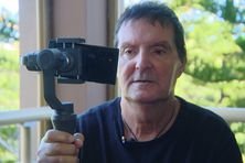 Michel Boulanger filme avec un smartphone et un stabilisateur.