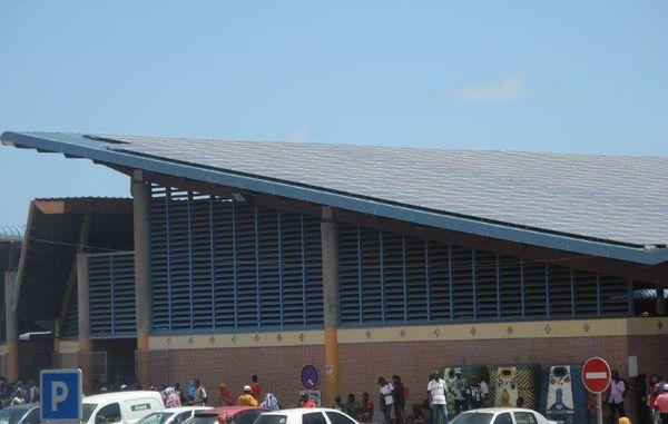 Panneaux photovoltaïques sur le toit du marché