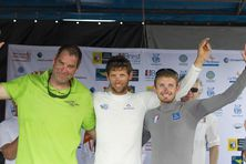 Erwan Tabarly (au centre) entouré de Gildas Morvan (tee-shirt vert) et Fabien delahaye.