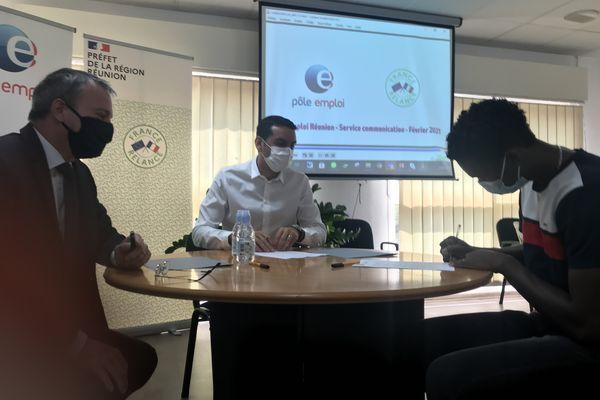 Signature contrat d'apprentissage avec une grande surface deux jeunes signent avec l'entreprise