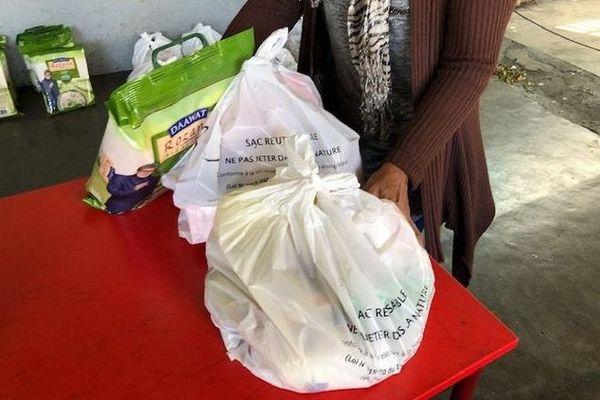 Distribution de colis alimentaires pour 1000 familles Saint-Denis 221219