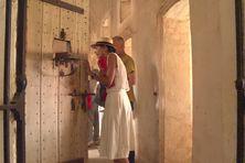 Visite dans les bâtiments cellulaires des aliénés, vestiges du bagne calédonien à Nouville.