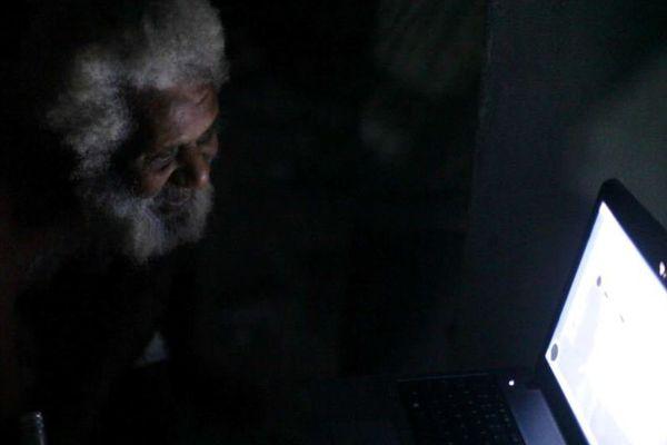 un vieux découvre internet au vanuatu