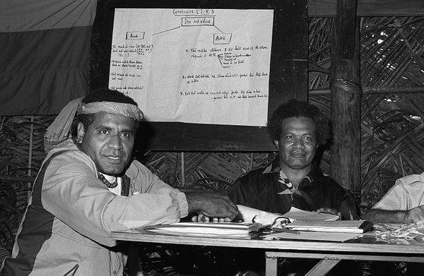 Jean Marie Tjibaou et Yeiwene Yeiwene, les dirigeants du Front indépendantiste FNLKS, en avril 1985.