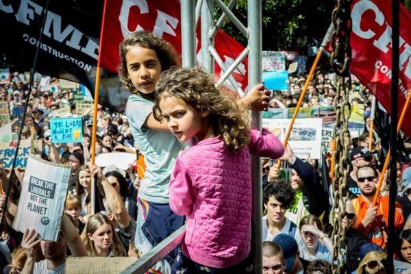 Des enfants et des étudiants manifestant à Sydney, grève pour le climat