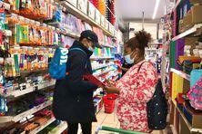 Dans les papeteries, l'heure de la rentrée scolaire a déjà sonné pour les parents, ou presque, avec une affluence grandissante autour des effets scolaires à acheter.