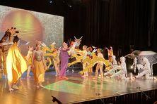 Bouquet final coloré pour les élèves de l'école K'Danse du Tampon. Les 75 comédiens, danseurs, chanteurs et musiciens ont réalisé une performance appréciée sur les planches du Théâtre Luc Donat.