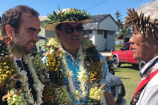 Le ministre Sébastien Lecornu et le président Edouard Fritch à Anaa