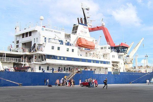 Le Marion-Dufresne à quai à La Réunion