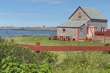 L'anse à l'Allumette à Saint-Pierre et en profondeur de champ l'Île aux Marins