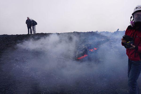 Scientifique avec masque respiratoire au Volcan