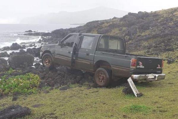 un pick-up détruit un moaï