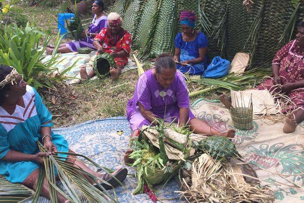 Vannerie femmes de Thio tribu de Saint-Michel tressage avant-sujet 28e foire de Thio (juillet 2017)