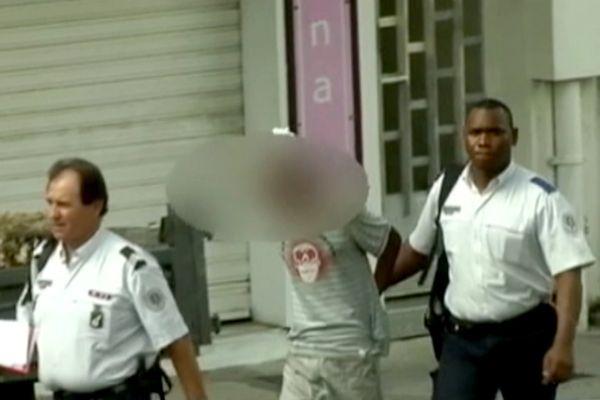 Suspect entre deux policiers