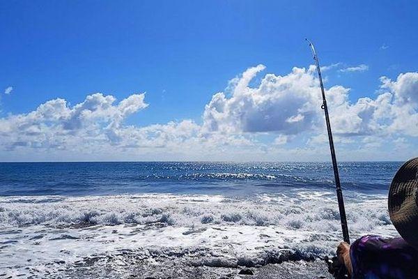 pêcheur au moulinet face à la mer janvier 2019