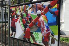 Exposition du tour de Martinique de la yole ronde sur les grilles de la préfecture.