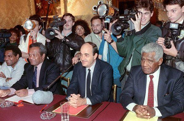 Yeiweine Yeweine, Jean-Marie Tjibaou, Jacques Lafleur et Dick Ukeiwé, le 26 juin 1988, après la signature à Matignon d'un accord sur l'avenir de la Nouvelle-Calédonie conclu avec le Premier ministre, Michel Rocard.