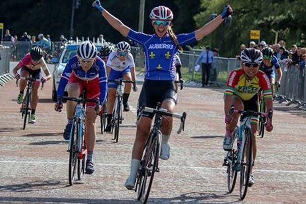 Océane Tessier lève les bras : elle vient de remporter le Challenge Ile de France.