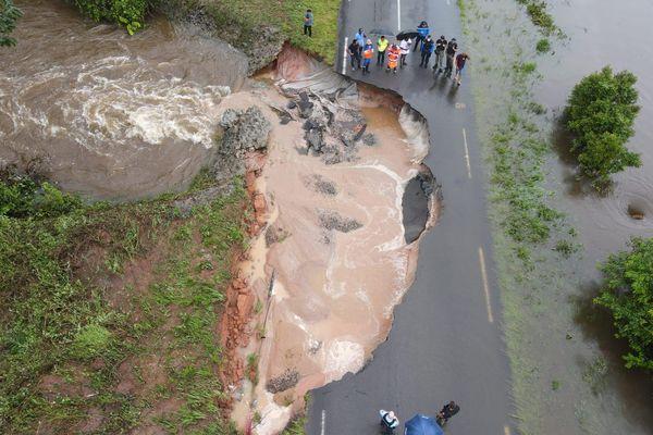 La route nationale 1 coupée à hauteur de la crique Copaya