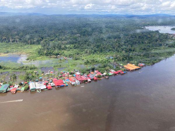 Sur les rives du Surinam, en face de Maripa-Soula