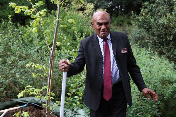 La grand chef Bergé Kawa, descendant d'Ataï, devant l'orme blanc planté à Paris dans le Jardin des plantes le 28 août 2014.