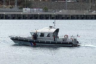 Bateau étranger encadré par gendarmerie maritime au Port 061018