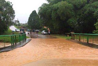 Le pont à l'entrée de Cacao submergé par les eaux