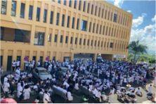 Sit-in des soignants en blanc devant les urgences de l'hôpital Pierre Zobda Quitman (lundi 18 octobre 2021), pour dire NON au Pass sanitaire et à la vaccination rendue obligatoire par la loi dans les établissements de soins .