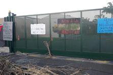 Des slogans vindicatifs accrochés aux grilles du site de La Poste, quartier Dillon à Fort-de-France.
