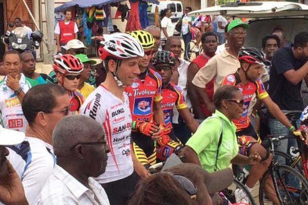 Tour cycliste de Martinique : peloton sur ligne de départ