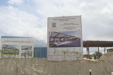 Les pancartes des travaux entrepris dans le cadre de l'OIN