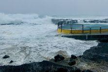 La piscine d'eau de mer du Baril à Saint-Philippe, submergée lors du passage du cyclone Berguitta (12 au 20 janvier 2018).