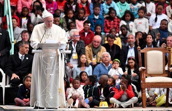 Plus de 8 000 d'enfants ont accueilli le pape François en chanson ce dimanche 8 septembre, au village Akamasoa,