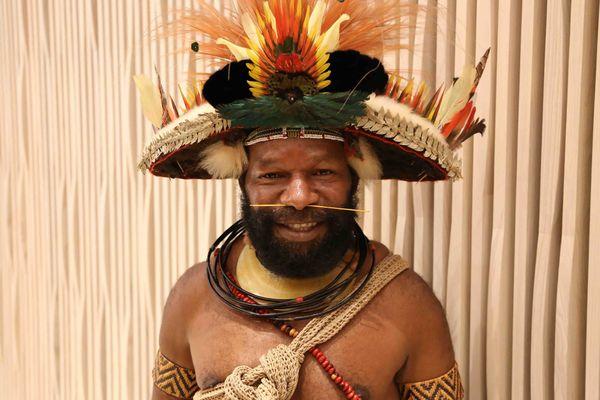 Mundiya Kepanga, chef traditionnel du peuple Huli (Papouasie-Nouvelle-Guinée)